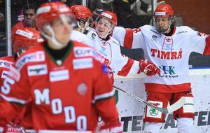 Jonathan Dahlén och Jacob Olofsson jublar med Filip Hållander.