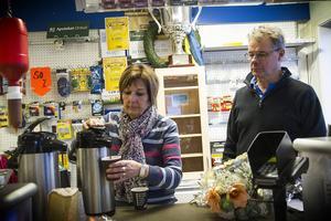 I Karin Nordborgs och Göran Karlssons bensinmack och butik har det alltid serverats kaffe.