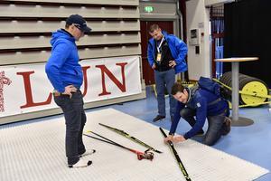 Lars Englund från Bollegården i Bollnäs och Jimmy Birklin tillsammans med landsalagstränaren Johan Granath testar längdskida på plastunderlag.