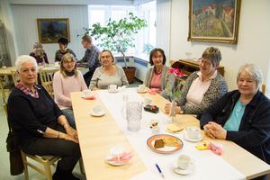 Eva Olars, Ing-Britt Wallenius, Soile Hällblad, Sinikka Vaitaniemi Schröder, Lena Eriksson och Ulla Hansen lyssnar på Vasilis Bakolas i Björkängens matsal.