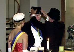 2001 blev Thorbjörn Fälldin hedersdoktor vid Mittuniversitetet. I protest mot avvecklingsbeslutet ska han idag lämna tillbaka sin doktorshatt och doktorsring.