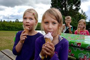 Amilia Nyström och Angelica Forsgren lät sig väl smaka när Ljungaskolan inledde det nya skolåret med glasskalas.