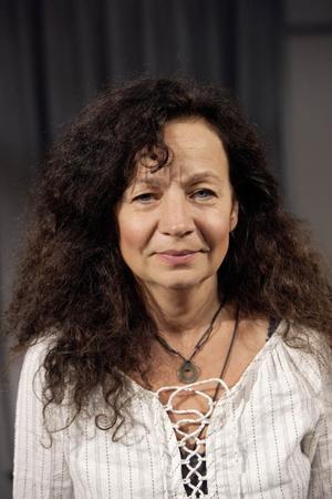 Susanne Hellström läser texter ur Anne Franks dagbok i Rättvik under förintelsens minnesdag.Foto: Dalateatern