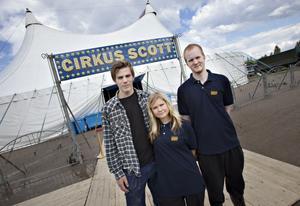 Mathias Bergman, Josefin Karlsson och Magnus Bergman turnerar med Cirkus Scott i sommar.