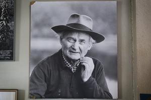 Albert Viksten var en svensk författare som levde mellan 1889 och 1969. På väggen inne i torpet vid Ängrasjön hänger ett fotografi på honom.