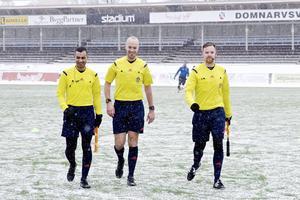 Aldrig tidigare har Najah Alhamaidah dömt en match i snöyra. Han får stöd av domarkollegorna Mattias Johansson (i mitten) och Erik Nordqvist.