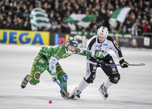 Sandvikens Mikael Nilsson i kamp med Hammarbys Markus Kumpuoja. ARKIVBILD.