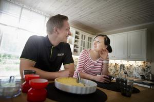 DRAGAndreas Molin och Elin Åkerström har efter nästan två års slit nyss flyttat in i sin lilla herrgård i Biverud utanför Glanshammar. Det mesta jobbet har de gjort själva, men med stöd från både familjer och vänner.BILD: Filip Erlind