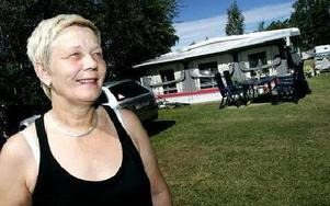 Anita Derstén stortrivs i sin husvagn. Att bo på camping året runt gör att många måsten i livet försvinner.-- Man slipper både målning och gräsklippning. Det enda jag behöver göra är att rengöra taket en gång om året, säger hon.FOTO: TOMAS NYBERG
