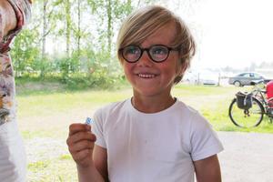 Sigge Näsman, 5, kom i mormors sällskap och prövade lyckan med en lott på vägen in.
