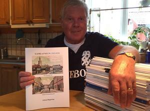 Göran Rogström med sin 45:e bok.