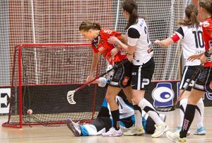 Tvåmålskytten Sara Stålberg gör ett av sina mål mot Iksu.