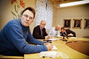 – Smittskyddsinstitutet har hittat parasiter i Storsjön, i vattnet som går in till vattenverket men även ut från vattenverket, berättade Rickard Johnson, VA-chef i Östersund, vid en presskonferens i måndags. Kommundirektör Bengt Marsh, kommunens miljöchef Jari Hiltula, och smittskyddsläkare Micael Widerström deltog också vid presskonferensen.Foto: Anneli Åsén
