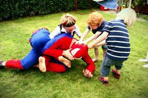 Spindelmannen har ett tufft arbete! Slåss mot ondskan, bekämpa bovar, barnkalas.....