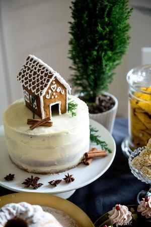 Pepparkakstårta med glöggfrosting, toppad med ett litet pepparkakshus.