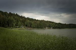 Boende beskriver att Mörkö tidigare var idyllens ö. Men arrendehöjningen har resulterat i en segregation.