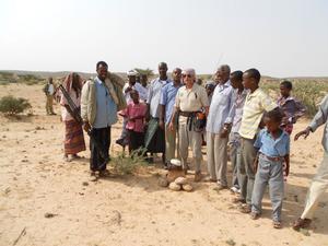Sällskapet besökte nio byar längs den 70 mil långa vägen i Gagaabområdet i nordöstra Somalia under vattenprospekteringen. De markerade 40 platser med stenrös där det finns chans att hitta vatten vid borrning. På bilden ser vi en av dessa platser i byn Balidhidin.