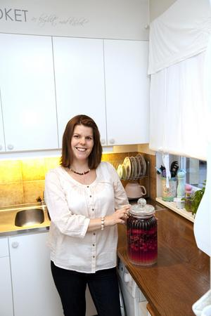 Pyssel till jul. Janita gillar att baka och stöka i köket. I kylskåpet står juldesserten redan och gonar sig - bär varvade med vit rom och socker, serveras med grädde.