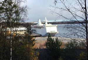 Fyra månader har gått. Ocean Gala ligger kvar i Utansjö hamn.