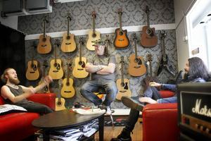 Johan Bergquist hänger med Mattias Lövhaga och Stanley Leijnegard i butikens soffor.