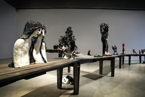 Klara Kristalova har placerat en rad skulpturer på en lång brygga.