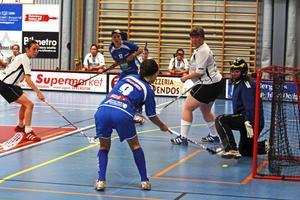 Alice Lundberg sätter 5–0 mot Sollefteå, snyggt framspelad av Mia Boänges. Mia gjorde själv sex mål och passade till totalt två när SIBF utklassningsvann med 15–0.