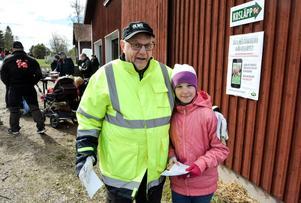 Tioåriga Tilde Jakobsson och farfar Sven gick på tipspromenad innan korna skulle släppas ut.