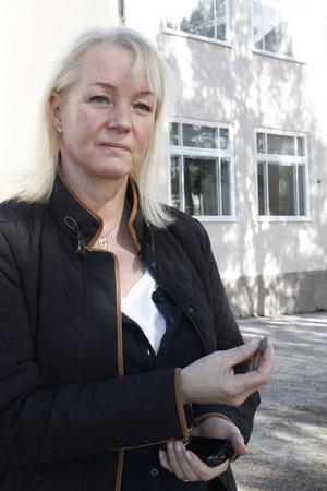 Skolsköterska Kvisthamraskolan. Britt-Marie Cronström vill att det vassa gruset ska bort från skolgården.