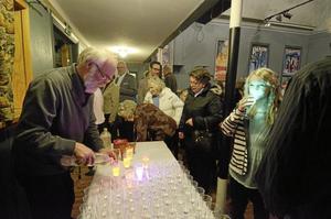 Magiska glas. Ulf Olsén serverade bubbel i magiskt lysande glas. Emilia Olsson provade.