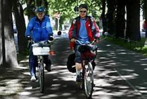 Foto: GUN WIGH Bröllopsresa. Pärlbröllopsjubilarerna Tommy och Gurli Bergfors rullade igår in i Gävle. De firar trettioårsjubileet med att  cykla 185 mil från Bygdeå i norr till Ystad i söder.