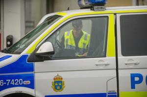 En av trafikpoliserna kontrollerar en stoppad bilists körkort.