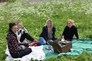 Pia Westén, Linnea Thors, Marielle Sjölén och Hanna Sundin under den pirriga väntan på Stefan Hildingssons besked.
