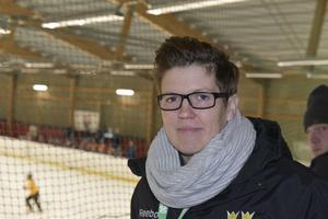 Erika Holst, utvecklingsansvarig för svensk damishockey, tror på en ljus framtid för damhockeyn, mycket tack vare Stålbucklan.