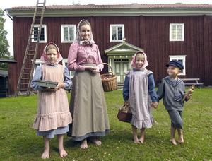 De här söta ungdomarna Alicia Eriksson, Jennifer Larsson, Kerstin och Erik Arnesson kan man få köpa karameller av på Volasdagen. Christina Norgren Arnesson har sytt deras fina kläder.