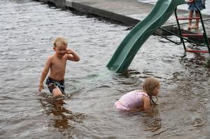 Vimar och Jenny Winther från Hallinden utanför Lysekil i Bohuslän var också med och badade under torsdagen. De tyckte att det var kul att bada och vädret var inget de brydde sig om.