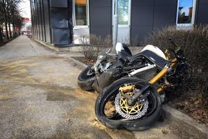 Motorcykeln krockade med fasaden på ett relativt nybyggt kontorshus strax bortom Culturen i riktning mot Kopparbergsvägen.