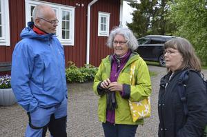 Komminister Erik B Tanzborn samtalar med Monica Dahlberg och Elisabeth Svedén innan man promenerade iväg.