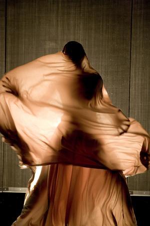 UNDER SLÖJAN. Vad koreografen Héla Fattoumi tycker om slöjor behöver man inte tveka om.