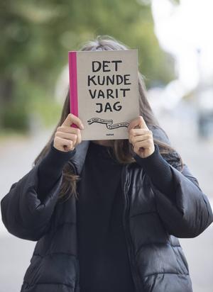 Påhoppad och igenkänd efter den mediala exponeringen vågar Felicia Iosif inte längre tigga på Liljeholmstorget. Sara Olausson hoppas tjäna pengar till henne genom boken.