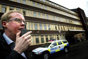 Nej, det är inte kring Sunds alls polishus som Jonas Moströms nya deckare utspelar sig. Men i nästa bok är Johan Axberg och Sundsvallskriminalen tillbaka.