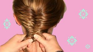 Fräcka flätan:1. Spraya lite på håret innan du börjar fläta så håller det bättre och glider inte så mycket.2. Dra håret bakåt, med eller utan bena, vilket du vill.3 Dela svansen mitt i, så du får en svans i varje hand.4. Gör som när du flätar en vanlig fläta, men bara med två delar och ta tunnare bitar och korsa över varandra från varannan sida. Så det blir som