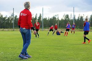Det hettar till under träningen, Malin Nyström övervakar vad som sker.