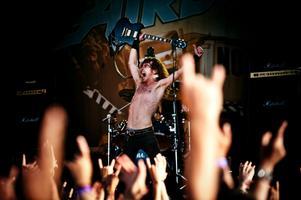 Australiensiska Airbourne, ett yngre, fräschare och mer spännande AC/DC både låt- och utseendemässigt körde partyvänlig rock'n'roll på festivalens första dag.Betyget blev fyra stjärnor från Arbetarbladets recensent.