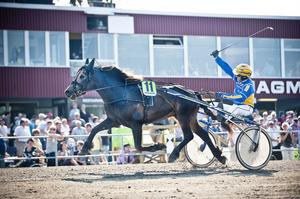 Per Gustafsson bakom Farmfurir gör segergesten efter segern i kallblodsloppet.