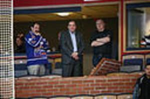 Socialdemokraternas partiledare och Modosupportern Stefan Löfven, mitten, i Cloetta Center i Linköping på fredagen under SHL-matchen i ishockey mellan Linköpings HC och Modo Hockey.