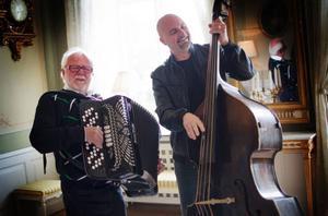 Det svänger rejält när Folke Lindqvist på dragspel och Lars Ericsson på bas bjuder på LIndqvistarnas paradnummer