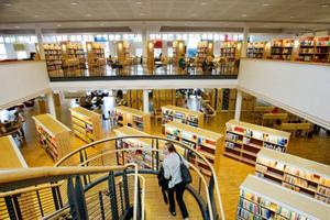 Den stora öppningen i mitten av biblioteket ger biblioteket en känsla av rymd. Men det gör också att ljud studsar runt.     Foto: Ulrika Andersson