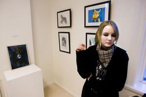 Jenni Funge från Näsvikens skola pendlar mellan olika genrer. Hon visar bland annat landskapsmåleri, blyertsteckningar och Photoshop-konst på utställningen.