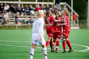 Linda Brännström klappas om efter sitt mål. Foto:Jonatan Svedgård