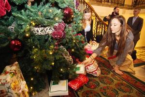 Hedwig Droeser Hansen och Cecilia Sannes från ABB-gymnasiet skänker julklappar till behövande i Västerås.